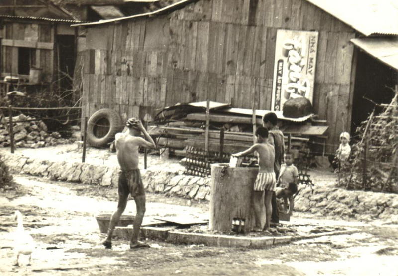 Vietnam <br /> Daily baths at the water well