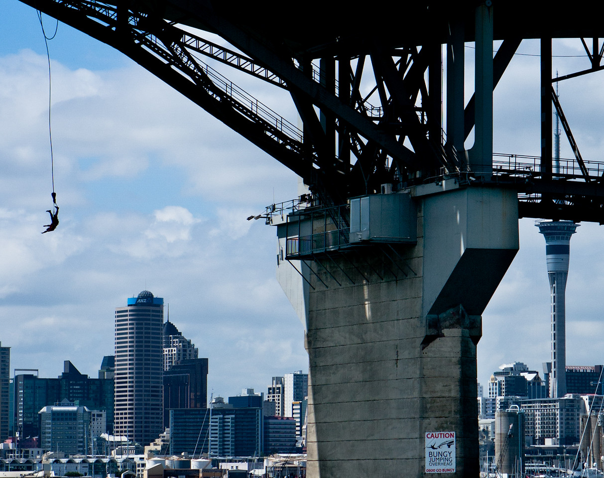 Bungy jumping from Auckland bridge