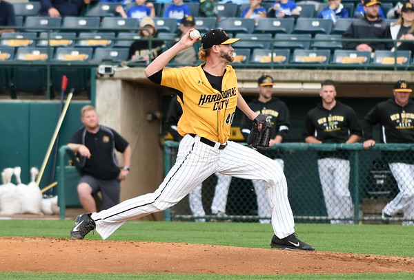 052617  Wesley Bunnell | Staff  New Britain Bees pitcher Mike Lee (40) during a start on Friday May 26.