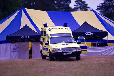 Ambulansen på plats pga den höga skaderisken i matchen