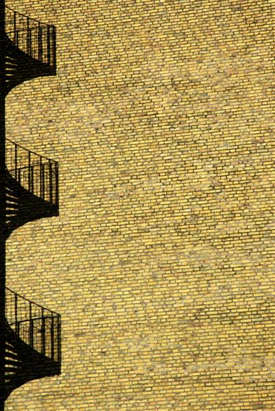 2008-03-16. Skugga på en tegelvägg / Shadow on a brickwall. Burgården. [SWE].