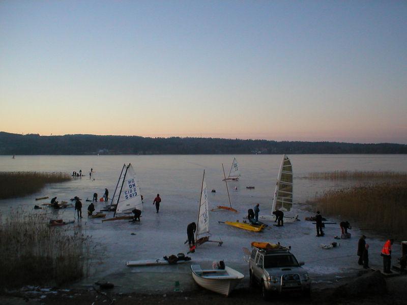 2006-01-15. Isjakter på Öresjö(Sparsör, Borås) [SWE] /  Ice yachts on lake Öresjö(Sparsör, Borås) [SWE]