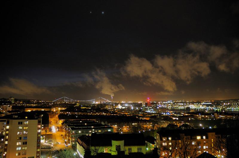 2012-03-11. Jupiter och Venus dansar över Göteborg. Småkallt, blåsigt, samt aningen disigt. Vy mot väster från Masthuggskyrkan [SWE]