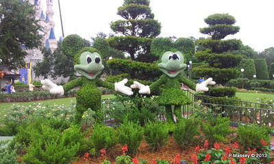 Mickey Minnie Topiary Magic Kingdom phone 24-09-2013 09-53-28