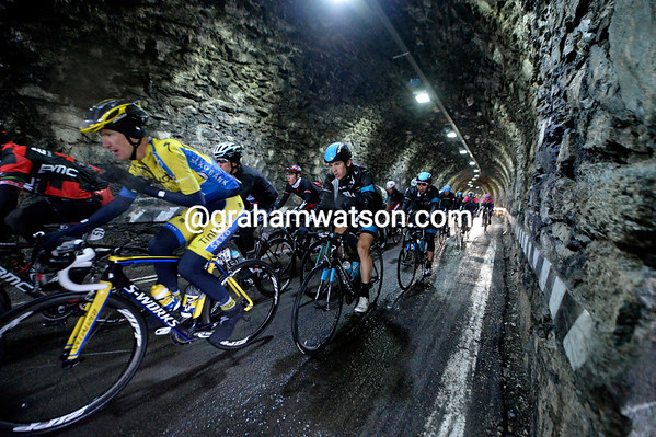 The peloton has swelled too, it now races through the old tunnel on the Stelvio Pass with a three-minute deficit...