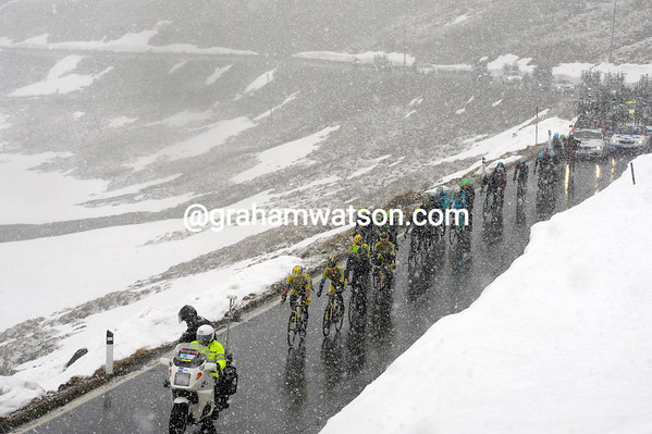 A blizzard starts to engulf the Giro with three kilometres of the Stelvio left...