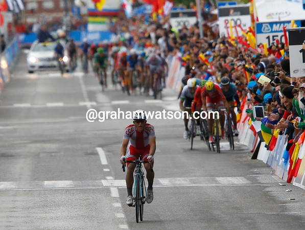 Kwiatkowski has survived a mighty chase into Ponferrada and is about to win..!