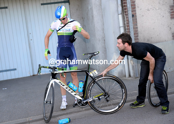 So professional - Matthew Hayman gets a wheel change at the same time as getting his lunch...