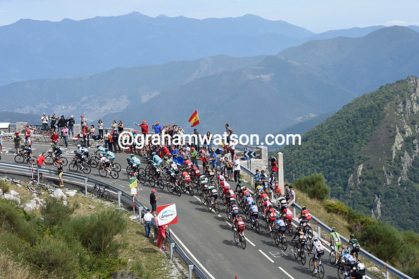 The peloton nears the summit of the Puerto de San Glorio, having taken four minutes out of the eight-minute gap..!