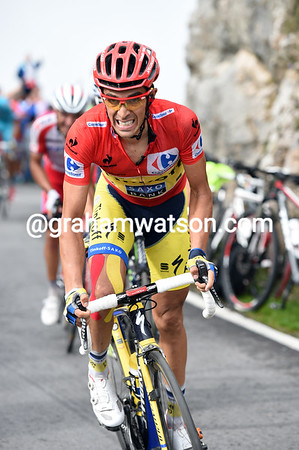 Contador tries again, but his face shows both fatigue and frustration...