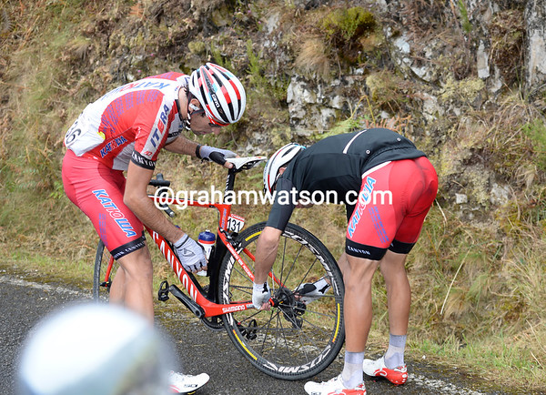Joaquin Rodriguez needs a new wheel from teamate Losado...