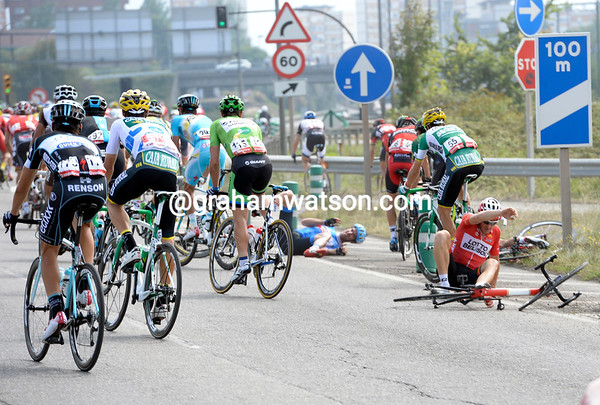 Another crash strikes the peloton before Gijon, it's been a nercvous start to the day..!