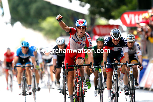 Alexander Kristoff wins into Nimes after passing Bauer with less than 100-metres to go..!