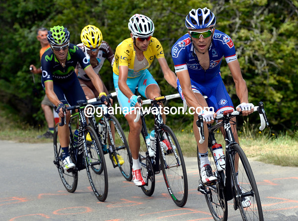 Ten minutes later, Thibaiout Pinto starts to attack the yellow jersey group - and he has Tejay Van Garderen in trouble..!