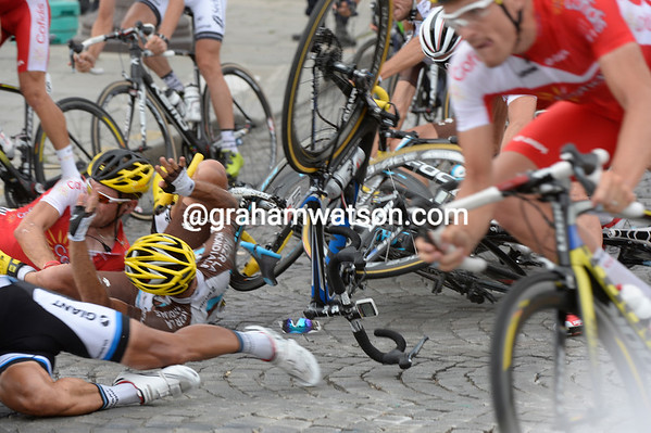 There's been a touch of wheels and a big crash right in front of all the Tour's photographers..!