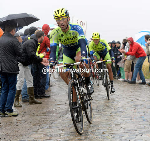 Bennati leads the peloton on to the first cobbles at Gruson with Contador on his wheel - the escape is one minute ahead...