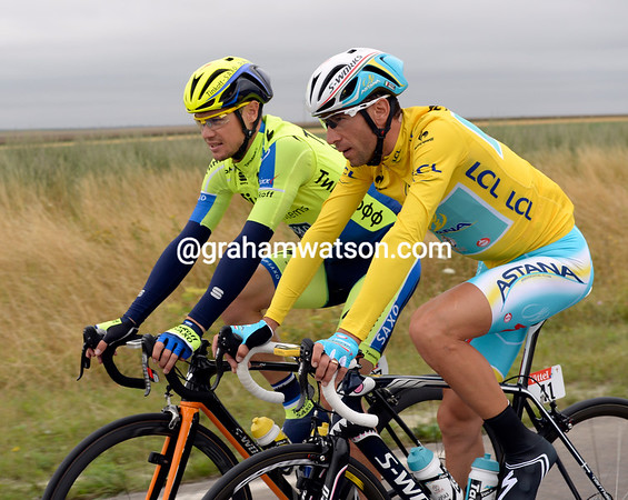 Vincenzo Nibali has all the time in the world to chat with Nicholas Roche...