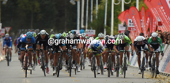 100-metres from the line, The sprint shows Caleb Ewan leading with Farrar, Boasson-Hagen and Hofland alongside...