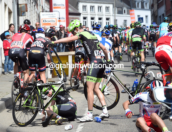 Dan Martin has fallen heavily on the approach to the Mur de Huy..!