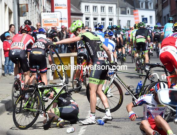 Dan Martin has fallen heavily on the approach to the Mur de Huy..!