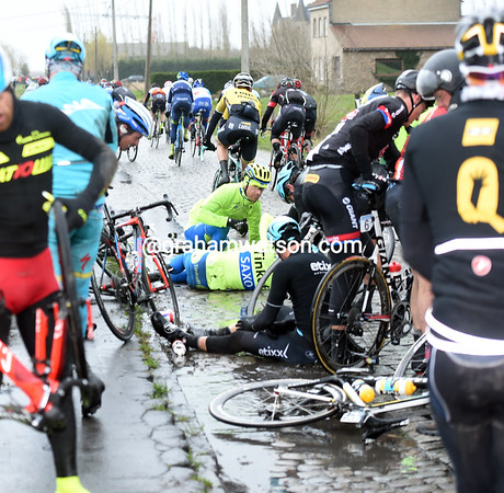There's been a big crash on the cobblestones near Izenberge...