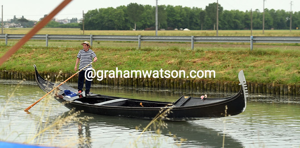 Has this gondolier taken a wrong turn in Venice, or is he a Giro fan who's travelled a long way..?