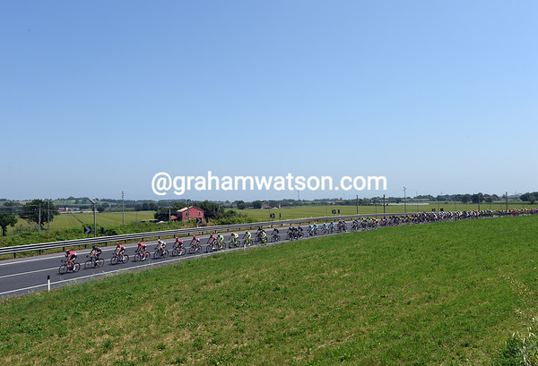 With a strong tailwind, the peloton is already chasing after 20-kilometres to keep the gap down..
