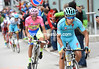 Landa makes a bigger move in the centre of the ski-resort - Contador is with him, Aru has been dropped..!