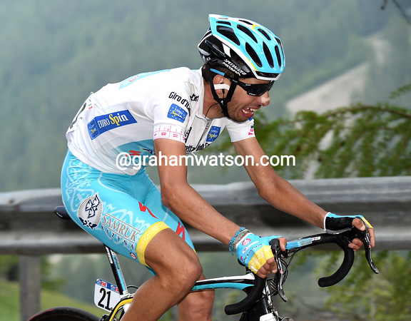 Aru has attacked Uran and pulls away in the final kilometre..!