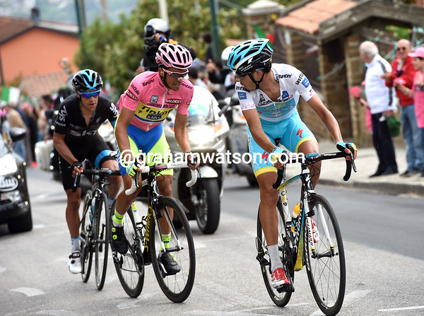 Aru looks back to see Contador and Porte coming back, but he'll try more attacks before the top...