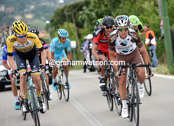 Carlos Betancur is starting to work hard at the head of the chasing group - the gap comes down...