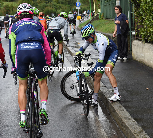 Simon Gerrans has fallen too, but it's his bike that needs fixing for a change...