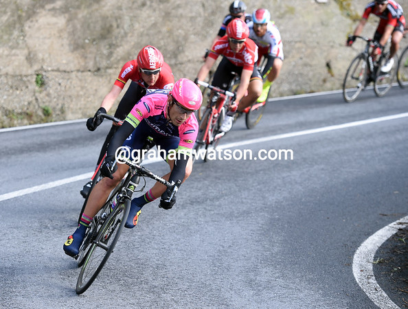 Filipo Pozzato is leading the way on the descent, but about 80 riders are still together..!