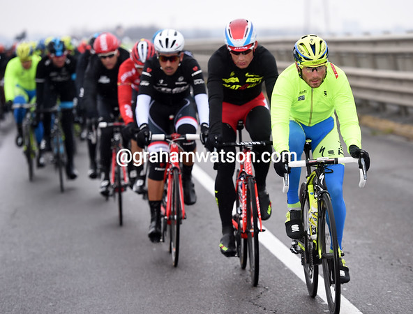 Tinkoff, with Manuele Boaro, has started to chase with the escape over eleven minutes ahead...