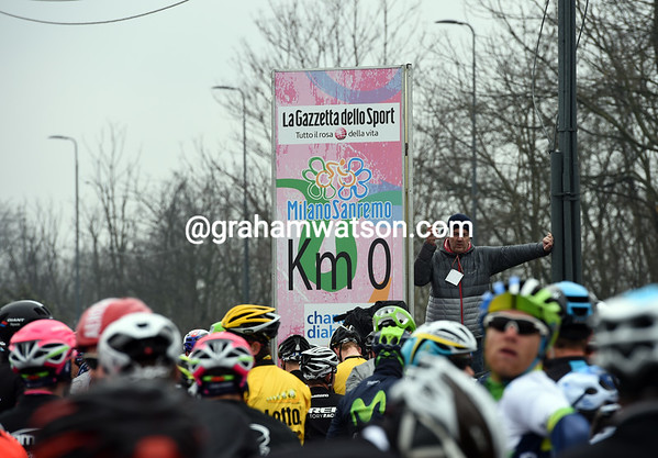 The peloton comes to a momentary stop at 'Kilometro 0'...
