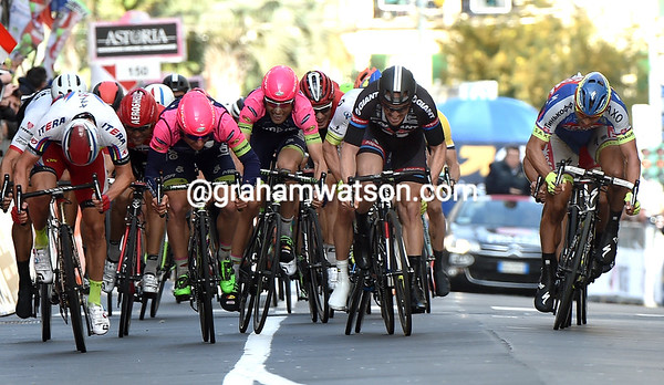In the hectic sprint, it looks as if Alexander Kristoff (left) is going to win..!