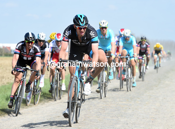 Stannard leads the first chasers now, the race has split and re-grouped many times already...