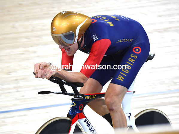 Wiggins face is agonised with just a few laps left...