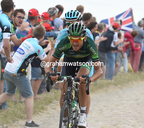 Quemeneur and Westra are just ahead on the first cobbles in France...