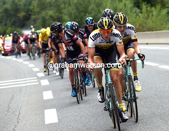 Sep Vanmarcke and Jumbo-Lotto have forced a split on the technical descent - they now lead a group of 35-riders including all the race-favourites...