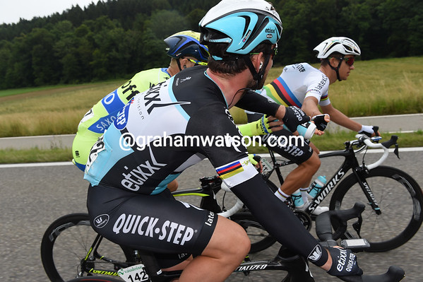 Kwiatkowski has pedalled to the front of the peloton and now hands Cavendish a bottle, with some help from a Tinkoff rider, tut, tut..