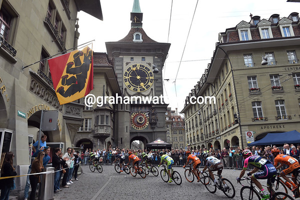 The chasers pass through Bern on the last lap, it's been a good demonstration of cycling for the onlookers today...