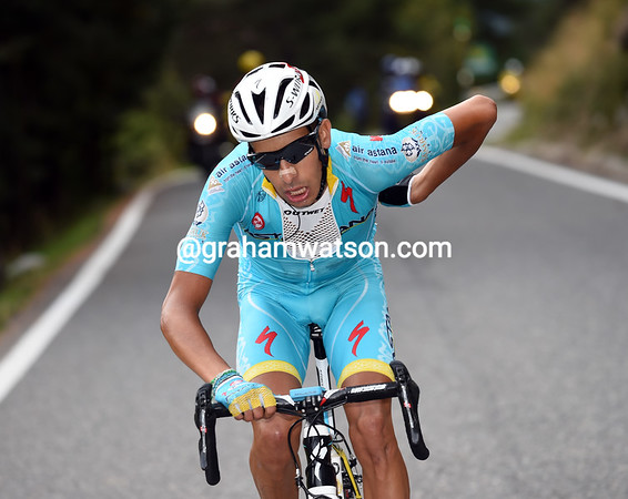 Aru has flown away and closing in on Landa with five-kilometres to go...