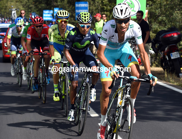 Fabio Aru rises to the occasion and attacks, putting Dumoulin in difficulty...