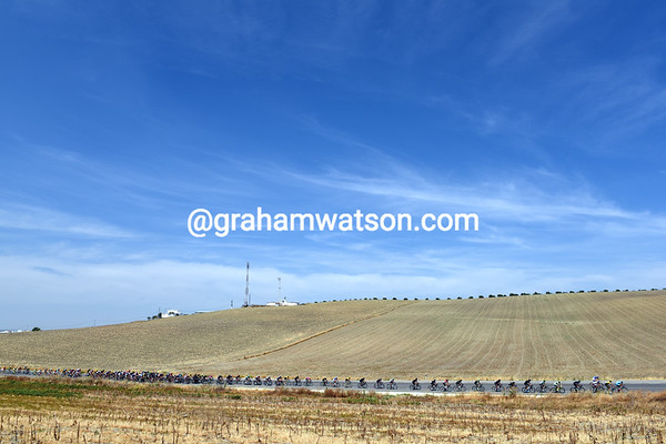 Blue skies and dry lands indicate a very hot part of Spain for the Vuelta