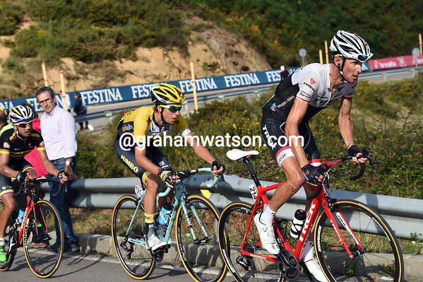 Schleck is starting to dance on the pedals, he has just Bennett and Torres with him now...