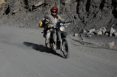 Em powers out of a deep section on dust and sand (and still looking totally composed!)