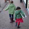 Laura en Jantine volgen het patroon van de straatstenen naar het pannenkoeken restaurant. Jantine heeft haar zwemdiploma A onder de arm voor een gratis pannenkoek.