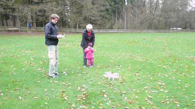 erster Flug von unten am Spielplatz mit Laura und Susi