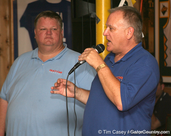 photo by Tim Casey<br /> <br /> Gator Country Managing Editor Franz Beard answers a question about Florida basketball during the seventh Gator Country Caravan stop on Tuesday, July 29, 2008 at the Press Box Sports Bar in Tampa, Fla.
